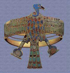 Otra pulsera o brazalete utilizado por la reina Ahhotep de Egipto.  El brazalete forma parte de la eximición en el Museo de Egipto y es una pieza muy importante y costosa.