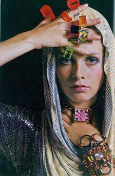 Twiggy modelling jewllery, 1967.