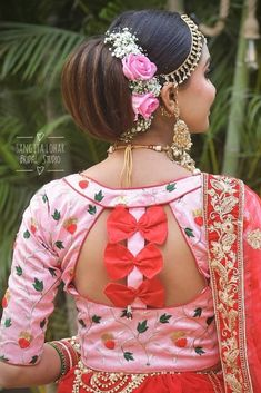 To make it easier for you we have the top 30 trending beautiful silk saree blouse designs so that you can choose the best for your saree look. Blouse Back Neck Designs, Best Blouse Designs, Bridal Blouse Designs, Saree Blouse Designs, Sari Blouse, Sari Dress, Blouse Designs Catalogue, Sari Design, Designer Kurtis