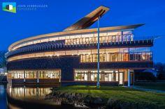 ´Ruimteschip´ De Poorter, IJsselsteinVorig jaar in het voorjaar had ik eindelijk eens de tijd om dit gebouw, waarin de IJsselsteinse Bibliotheek en Rabobank gevestigd zijn, in het blauwe uur te fotograferen. Het gebouw dat een ontwerp is van...
