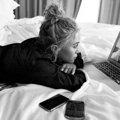 """divine-olsen: """" NEW. Here's a photo of Mary-Kate and Ashley Olsen Skyping that will appear in the program for this year's CFDA awards. Aquí está una foto de Mary-Kate y Ashley Olsen que. Mary Kate Ashley, Mary Kate Olsen, Ashley Olsen, Olsen Sister, Olsen Twins, Bridget Bardot, Edie Sedgwick, Jane Birkin, My Best Friend"""