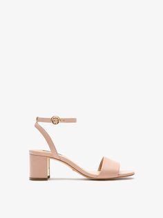 Sandalia de piel tacón medio en napa color nude. Destaca por su pieza metálica en el front del tacón. Incluye detalle de pulsera atada al tobillo con hebilla lateral.
