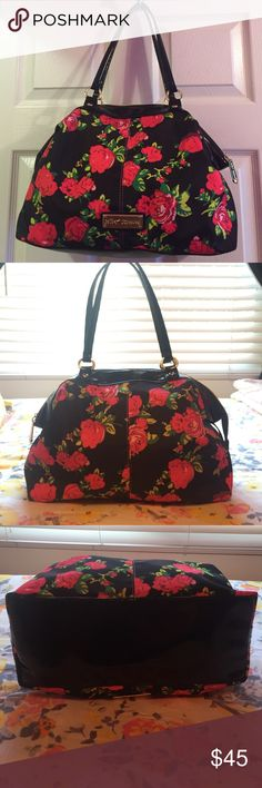 SALE✨ Betsey Johnson red roses handbag Gorgeous Betsey Johnson bag with red rose print! This is a nice large bag with spacious interior and an inside zipper pocket. Only used once or twice, in like new condition! Betsey Johnson Bags Shoulder Bags