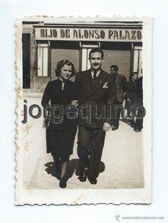 Fotografía antigua: RETRATO EN LA CALLE. PAREJA. ANTE LA TIENDA DE HIJO DE ALONSO PALAZÓN. MURCIA. 1944. Los retratados son Jesús Navarro Fontes y su esposa Teresa Hilla Tuero. 5,5 X 7,5 CMS. - Foto 1 - 54929690