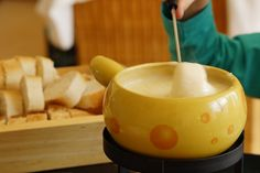 Hmm, lekker kaasfonduen. Bijvoorbeeld met een kaasfondue van ons genot kaas #kaasfondue