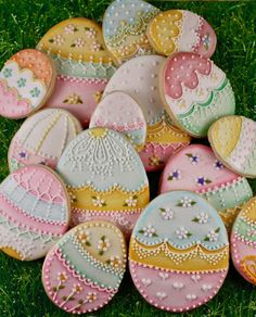 Gel painted royal icing Easter eggs. Images, examples, and steps to follow: sweetkissedconfections.com
