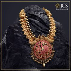 Add grace to your special occasions with this antique Billa haram. With a fusion of traditional heritage and contemporary brilliance. Stunning gold long haaram with Lakshmi Kasu hangings. Indian Jewellery Design, Indian Jewelry, Jewelry Design, Gold Temple Jewellery, Gold Jewelry, Gold Jhumka Earrings, Gold Necklace, Emerald Necklace, Unique Earrings