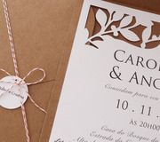 Recorte especial de folhas que contrasta com a cor terra do envelope em papel kraft.