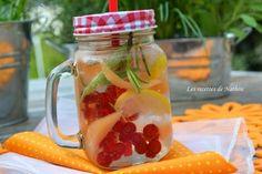 Eau aromatisée au melon, groseilles rouges et citron Detox water Cocktails, Drinks, Detox, Mason Jars, Good Food, Mugs, Healthy, Tableware, Kitchen