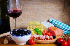 Santé apéritif casse-croûte avec du vin, olives, fromage et jambon Banque d'images - 13981531