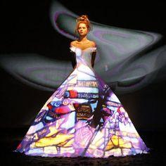 Et si l'imprimé textile n'existait pas vraiment ? Pour l'hiver prochain le créateur de Haute Couture Franck Sorbier, propose de nous habiller de couleurs et de motifs le temps, seulement, d'une projection virtuelle. Lors de son défilé à Paris , il y a quelques jours, Franck Sorbier a proposé, de faire du vêtement un support d'images multiple. Une robe + un tissu blanc + une coupe épurée = une multitude de possibilités. A chacune son cinéma, à chacune son imprimé.