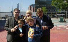 Henk en Henk met de hoofdrolspelers van de clip DE NIEUWE WERELD (Het Goede Doel - album OVERWERK: Akira en Pepe.