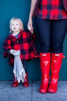 Want to know how to wear Hunter boots? These four different options are perfect for looking stylish on rainy days! | Hunter Boot Fashion Tips | How to Style Hunter Boots | How to Wear Hunter Boots | Hunter Boot Style Tips | Fall Outfit Ideas | Fall Style Tips | Mommy and Me Outfit Ideas || Lipgloss and Crayons