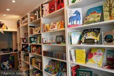 Bullerbyn. Mała i urocza księgarnia dla dzieci ukryta w zaułku  ul. Chmielnej.   ul. Chmielna 10. Więcej: http://warszawa.gazeta.pl/warszawa/1,34862,13564197,Ksiazkowa_podroz_do_Bullerbyn_w_ksiegarni_przy_Chmielnej.html