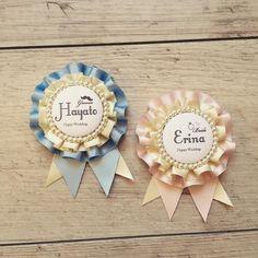Distintivos Baby Shower, Ribbon Rosettes, Ribbons, Diy And Crafts, Arts And Crafts, Kawaii Accessories, Hobby Horse, Diy Pins, Wedding Crafts