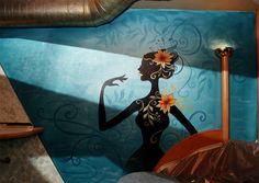 Schattenhafte Gestalten und blaue Hintergrundmuster verstärken die Stimmung.