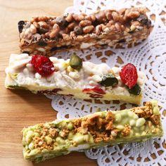 カリッ、サクッとした歯ごたえが楽しいチョコバー。ライスパフやナッツ、ドライフルーツなどとチョコレートをからめて型に流して固めるだけなのでとっても簡単!ミルク、ホワイト、抹茶チョコレートの3種類。