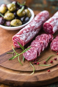 Salami with marinated olives Lchf, Keto, Paleo, Deli Food, Pub Food, Antipasto, Charcuterie, Meat Recipes, Wine Recipes