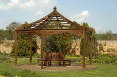 Es gibt keinen besserer Ort für eine Bank als unter einem Pavillon. Es ist ein angenehmer Ort zu lehnen Sie sich zurück und genießen die Gärten. Dieser Pavillon hat ein Lattenrost Dach die spendet Schatten, sondern lässt noch etwas Sonnenlicht durch.