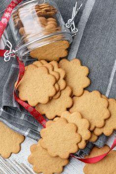 Svéd keksz és habcsók – Sütik a fára   NLCafé Christmas Cookie Boxes, Salty Snacks, Sweet Cakes, Dessert Recipes, Desserts, Sweet And Salty, Cookie Jars, Cake Cookies, No Bake Cake