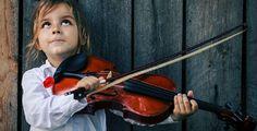 Questo lavoretto per bambini da fare con il cartoncino è davvero creativo. Inoltre, ha un grande valore pedagogico perchè trasmette ai bambini l'importanza degli strumenti musicatli e dell'apprendimento della musica.