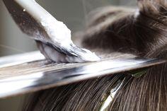 Hidróxido de sódio: saiba como age a química no alisamento ou permanente no cabelo Foil Highlights, Brown Hair With Highlights, Big Hair, Your Hair, Hair Color Experts, Hair Dye Removal, Salt And Pepper Hair, Permanent Hair Dye, Pelo Natural