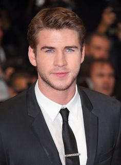 Liam Hemsworth en la premiere de Jimmy P. (Psychotherapy Of A Plains Indian) Chris Hemsworth Thor, Hollywood Actor, Hollywood Actresses, Miley Cyrus, Beautiful Boys, Gorgeous Men, Cannes, Josh Taylor, Hemsworth Brothers