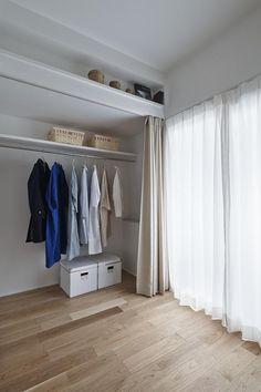 近年は断捨離やミニマリストなど、無駄な物を持たない生活が多くの人の支持を集めています。しかし、実際に持ち物を少なくするのはなかなか難しいですよね。そんな時は物… Bedroom Closet Design, Home Room Design, Closet Designs, Home Decor Bedroom, House Design, Wardrobe Furniture, Bedroom Wardrobe, Maison Muji, Muji Haus