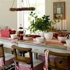 Country Christmas decorating ideas for your dining room table. Dress your Christmas dining table to impress over Christmas dinner. We've picked our favourite Christmas dining room looks for every style from modern to country. Christmas Table Settings, Christmas Table Decorations, Decoration Table, Christmas Tablescapes, Table Centerpieces, Primitive Christmas, Country Christmas, Christmas Home, Christmas Morning