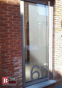Raamfolie , lichtdoorlatende privacyfolie met huisnummer. Huisnummer is in gekleurde folie geplaatst aan de buitenzijde. Bij verhuis of andere kan men het huisnummer weghalen zonder de zandstraalfolie te beschadigen. Glass etched film. Window decoration .