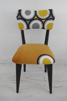 Chaise vintage retapissée jaune moutarde et noir : Meubles et rangements par abracadabroc