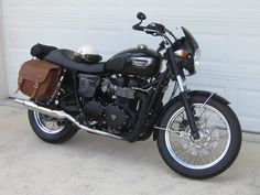 Tyre Pressure's beautiful Triumph with our Pony Express Saddlebags!