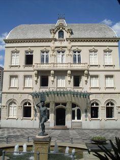 """""""Água pro Morro"""", que fica em frente a fachada de fundos  do Paço da Liberdade,  Erbo Stenzel (1911-1980) é o artista  responsável por esta escultura. MAPEAMENTO E LEITURAS ESTÉTICAS DA MEMÓRIA DOS COLÉGIOS ESTADUAIS TOMBADOS DA CIDADE DE CURITIBA: Outubro 2014"""