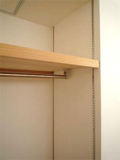 可動式の棚にポールをつけて、成長とともに高さを調整 クローゼット 子供部屋