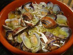 Almejas con gulas http://www.pinterest.com/olgacaneiro/pescasdo/