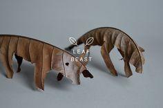 낙엽으로 만든 조각작품 - Leaf Beast