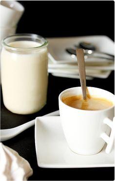 Des yaourts au bon gout de café, on n'en trouve pas dans le commerce ! Et c'est bien là l'avantage des yaourts maison. J'y ai mis un espresso et un peu d'e Whipped Cream, Ice Cream, Paris Brest, Homemade Yogurt, Flan, Milkshake, Glass Of Milk, Mousse, Panna Cotta