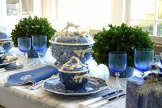 Blue and White Dishes and Table Settings - Tablescapes and . White Table Settings, Beautiful Table Settings, Place Settings, Blue And White China, Blue China, Delft, Dresser La Table, White Dishes, Blue Dishes