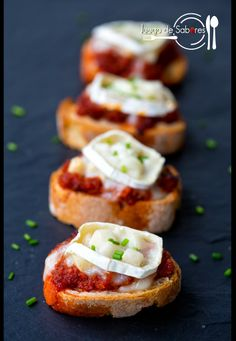"Toast with Sobrasada. A fantastic appetizer with ""sobrasada"" (a kind of sausage from Balearic Islands) with caramelized pear and goat cheese (in Spanish) Spanish Dishes, Spanish Tapas, Tostadas, Tapas Menu, Good Food, Yummy Food, Weird Food, Toast, Chapati"