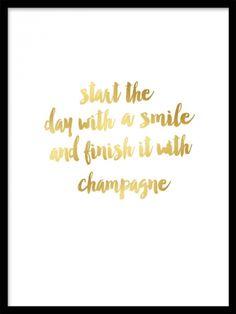 "Champagne Gold, posterit. Juliste jossa kullanvärinen teksti. Juliste jossa kullanvärisellä painatuksella teksti ""Start the day with a smile and end it with champagne"".  Hieno juliste esimerkiksi makuuhuoneeseen tai keittiöön."