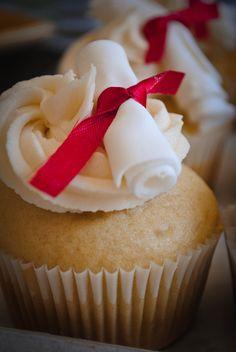 graduation cupcakes Baking Cupcakes, Yummy Cupcakes, Cupcake Recipes, Cupcake Cakes, Cup Cakes, Graduation Food, Graduation Cupcakes, Specialty Cakes, Cake Decorating Tips