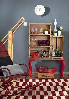 Barzinho para sala com estrutura simples de caixotes Wooden Crates, Wooden Boxes, Wine Crates, Upcycled Furniture, Furniture Decor, Bar Sala, Creation Deco, Idee Diy, Recycled Crafts