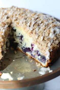 This Blueberry Muffin Cake is an ALL TIME favorite of mine! It's soft, loaded with blueberries and topped with the best crunchy crumble! Blueberry Crumble Cake, Blueberry Muffin Cake, Blueberry Desserts, Blueberry Breakfast Cakes, Blueberry Ideas, Breakfast Bake, Breakfast Recipes, Mini Cakes, Cupcake Cakes