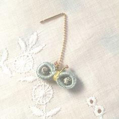 刺繍糸で一目一目丁寧に編みました。なるべく汚れが着かないように、防水スプレーをかけて仕上げています。ピアス金具長さ:約4.2cm ちょうちょ:約0.9&tim...|ハンドメイド、手作り、手仕事品の通販・販売・購入ならCreema。