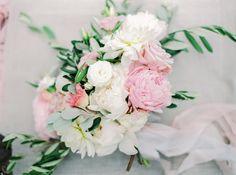 Bukiet Panny Młodej: piwonie, róże, dalie. White and pink bride bouquet. www.flowerstories.pl