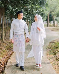 Love this dress simple ❤️ – – Beautiful Bride nur farah 😍- – Beautiful Dr… Muslimah Wedding Dress, Muslim Wedding Dresses, Wedding Hijab, Wedding Attire, Dream Wedding Dresses, Wedding Gowns, Hijab Bride, Malay Wedding Dress, Princess Wedding