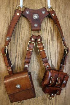 Everyday Carry Shoulder Holster - you need this rig as you tour Rome, Italy. Leather Armor, Leather Holster, Leather Harness, Leather Tooling, Leather Bag, Everyday Carry Items, Diy Accessoires, Leather Pattern, Leather Projects