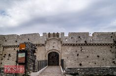 """Monte Sant Angelo Castle on Prawdopodobnie powstał w 837 roku, jego najstarsza część to """"Wieża Gigantów"""". Obecnie wewnątrz organizowane są wystawy. W kolejną podróż zabieramy was do Zamku w Monte Sant' Angelo on http://picstrip.net/?p=8724 #montesantangelo #castle #castello #zamek #italy #italia #trip #travel #picstrip"""