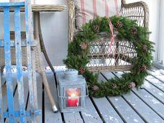 Noe av den fineste julepynten er den naturlige pynten. Man kan lage mye fint av gran og kongler. Slik lager du en fin julekrans av gran.