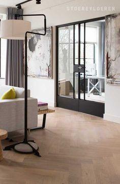 De visgraat vloer is weer helemaal terug en is geschikt voor iedere interieurstijl. Deze lichte eikenhouten vloer is hier gecombineerd met zwarte, stalen deuren en een design interieur. Divider, Interior, Happy, Room, Furniture, Home Decor, Art, Bedroom, Art Background